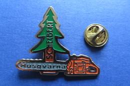 Pin's, HUSQVARNA, Schelbert, Machine, Tronconneuse, Motorsäge - Trademarks