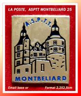SUPER PIN'S POSTES : ASPTT MONTBELIARD (Doubs) émail Base Or, Visuel Château, Format 2,2X2,5cm - Mail Services