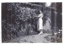 THOISSEY  Jeune Femme Dans JardinJUIN 1937 8,5x6cm - Luoghi