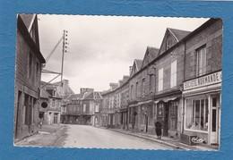 CPSM 50 La Manche, Le Teilleul, Grande Rue, Enseigne Société Normande, Animée, Datée 1956 - Altri Comuni