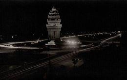 CAMBODGE  PHNOM-PENH MONUMENT DE L'INDEPENDANCE ILLUMINE - Cambodia
