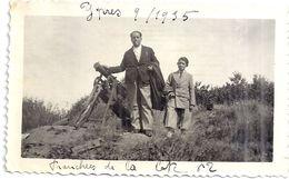YPRES  9/1935 -TRANCHEES DE LA COTE 62  - HOMME  ET ENFANT DEVANT UN CANON - Lugares