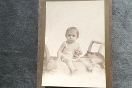 PHOTO DE BEBE*** 11 X 16 Cms Collée En Partie Sur Un Carton **** N°2139 - Anonymous Persons