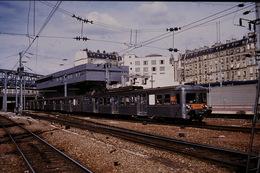 Photo Diapo Diapositive Train Wagon Rame Banlieue SNCF Z 6100 à Paris Gare Du Nord Le 24 Août 1993 VOIR ZOOM - Diapositives