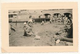 M32 - Photo Vintage 1956 - Fillette En Maillot Et Enfants Jouant à La Plage - Persone Anonimi