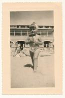 M32 - Photo Vintage 1956 - Fillette En Maillot De Bain à La Plage - Anonymous Persons