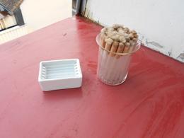 Outil De Laboratoire  Un Porte Plaquettes En Porcelaine Et Un Rescipient Avec 30 Tubes En Verre - Tools