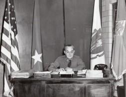 General Edward Sirois Assis A Son Bureau Yankee Division Ancienne Photo Annees 1950 - War, Military