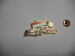 Superbe Pin's En Zamac , Auto F1 , Ferrari , Williams Renault , GP De Budapest 95 Sur Fond Noir , Signé JFG - F1