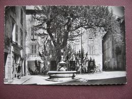 CPA 83 PHOTO AUPS Place Général Gérard 1950 60  RARE PLAN ANIMEE BAR TABAC Le Provencal - Aups