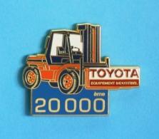 1 PIN'S  //   ** TOYOTA ** CHARIOT ÉLÉVATEUR ** ÉQUIPEMENT INDUSTRIEL ** 20000ème ** . (AFERS PARIS) - Toyota