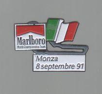 PINS PIN'S CIGARETTE AUTO AUTOMOBILE COURSES RALLYE F1 MONZA  8 09 1991 CIGARETTES MARLBORO DRAPEAU - Car Racing - F1