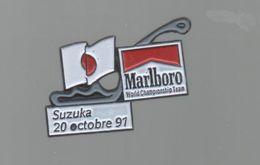 PINS PIN'S CIGARETTE AUTO AUTOMOBILE COURSES RALLYE F1 SUZUKA  20 10 1991 CIGARETTES MARLBORO DRAPEAU - Car Racing - F1