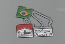PINS PIN'S CIGARETTE AUTO AUTOMOBILE COURSES RALLYE F1 INTERLAGOS BRESIL 24 03 1991 CIGARETTES MARLBORO DRAPEAU - Car Racing - F1