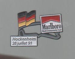 PINS PIN'S CIGARETTE AUTO AUTOMOBILE COURSES RALLYE F1 HOCKENHEIM  28 07 1991 CIGARETTES MARLBORO DRAPEAU - Car Racing - F1