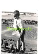 ANCIENNE PHOTO JEUNE GARCON PLAGE WENDUYNE VINTAGE YOUNG BOY OUDE FOTO JONGEN STRAND WENDUINE 10 Cm X 7 Cm - Personnes Anonymes