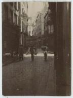 Petite Photo D'un Rue De Saint-Malo . Homme Sandwich (publicité Pour Le Cristal Palace). Vers 1901 . - Lieux