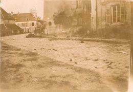 2 PHOTOS FRANÇAISES DE CHATEAU THIERRY AISNE 1918 - CADAVRE DE CHEVAL ET BARAQUE DE L' AMBULANCE DÉTRUITE 1914 1918 - 1914-18