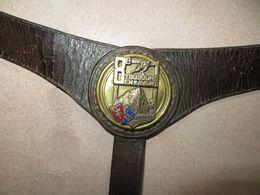 Rarissime - Harnais, Sangle, Laisse De Cavalerie En Cuir, Avec Insigne Métal, Du 8 ème Régiment D' Infanterie. - 1914-18
