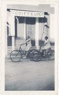 Photo Devanture Commerce, Coiffeur, 1935, Jeunes Femmes à Vélo - Profesiones