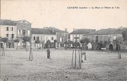 GEAUNE - La Place Et L'Hôtel De Ville. - France