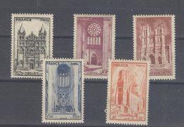 TIMBRES - 1944 NEUF Cathédrales Au Profit De L'Entraide Française N°663 à N°667 Cat. Yvert & Tellier 2012 Côte 5 Euros - France