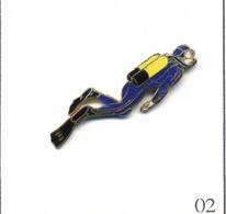 Pin's Sport - Plongée / Plongeur Bleu Avec Bouteilles Jaunes. Estampillé Démons & Merveilles. EGF. T573-02 - Diving