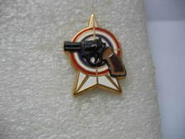 Pin's Double Moule: Pistolet Devant Une Cible D'entrainement - Police