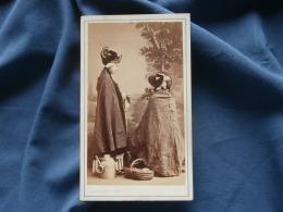 Photo CDV  Couton à Vichy  Deux Femmes En Costume Régional (une Qui Tricote Et L'autre Vu De Dos) Second Empire - L322 - Old (before 1900)