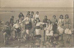 CPA Photo Numérotée Groupe De Jeunes Filles Au Bord De La Mer Jupon Retroussé Les Pieds Dans L'eau Pelle à La Main - Cartes Postales