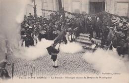 Fête De SAINT-TROPEZ - La Bravade - L'Enseigne Saluant Du Drapeau La Municipalité - TBE 6 Rare - Saint-Tropez