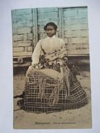 MADAGASCAR   - FEMME BETSIMISARAKA        TRES ANIME    TRACES DE COLLAGE  AU DOS - Madagascar