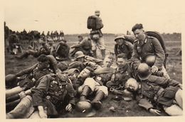 Photo Guerre Groupe Militaire Allemand Au Repos - Guerre, Militaire