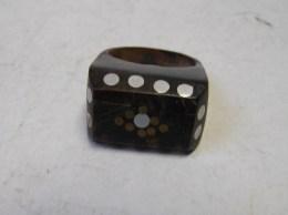 MW. 143. Ancienne Bague En Résine Ou Plexiglass Décorée De Points - Bagues