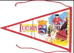FANION  - LUCHON ( Haute-Garonne)   -Armoiries, Blason, Ecusson,Héraldique   Tissu Enduit - Ecussons Tissu