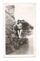 Photo Originale - Homme En Maillot De Bain Sur Un Rocher, Torse Nu - Personnes Anonymes