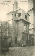 35 RENNES. Enfants Assis Et Personnages Aux Fenêtres De La Maison Ancienne Près De La Cathédrale - Rennes