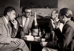 Photo Originale NABUCHODONOSOR Champagne Brut MUMM Cordon Rouge Et Cendrier Dubonnet Pour 4 Lascars Au Bistrot Vers 1960 - Persone Anonimi
