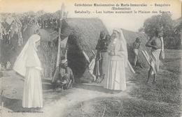 Catéchistes Missionnaires De Marie-Immaculé, Bangalore (Hindoustan) Les Huttes, Maison Des Soeurs - Carte Non Circulée - Missions