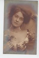 FEMMES - FRAU - LADY - Jolie Carte Fantaisie Portrait Femme Aux Bijoux - Women