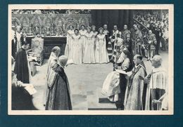 Couronnement De La Reine Elisabeth II - La Prière De L'Archevêque De Canterbury Pendant La Cérémonie - Familles Royales
