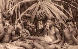 MISSIONS D'OCEANIE INDIGENE MANGEANT LE FRUIT DU PANDANUS - Ansichtskarten