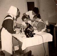 Photo Carrée Originale Microscope & Infirmières En Plein Boulot Autour Des Oreilles De Madame - Médecine - Objets
