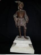 Sujet Militaire En Bronze Sur Marbre Blanc Soldat Arche En Armure Flèches - Bronzes