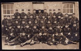 CARTE PHOTO GROUPE DE MILITAIRES ET LEURS OFFICIERS PHOTOGRAFIES A CAEN ( FRANCE ) PREMIERE GUERRE MONDIALE - Guerra 1914-18