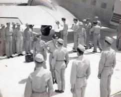 US Army Militaria Officiers Ceremonie Avion Casque Colonial Ancienne Photo 1950's - Aviation