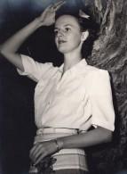 Portrait De Jeune Femme Adossee A Un Arbre Ancienne Photo 1950's - Anonymous Persons