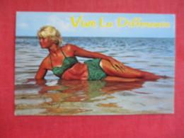 > Pin-Ups  Vive La Difference  Ref 2831 - Pin-Ups