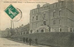 LYONS LA FORET LA GENDARMERIE NOUVELLE CASERNE AVEC GENDARMES - Lyons-la-Forêt