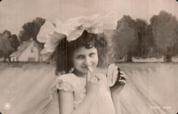 FILLETTE A L'AIR COQUINE ET MALICIEUSE CIRCULEE 1908 - Scènes & Paysages